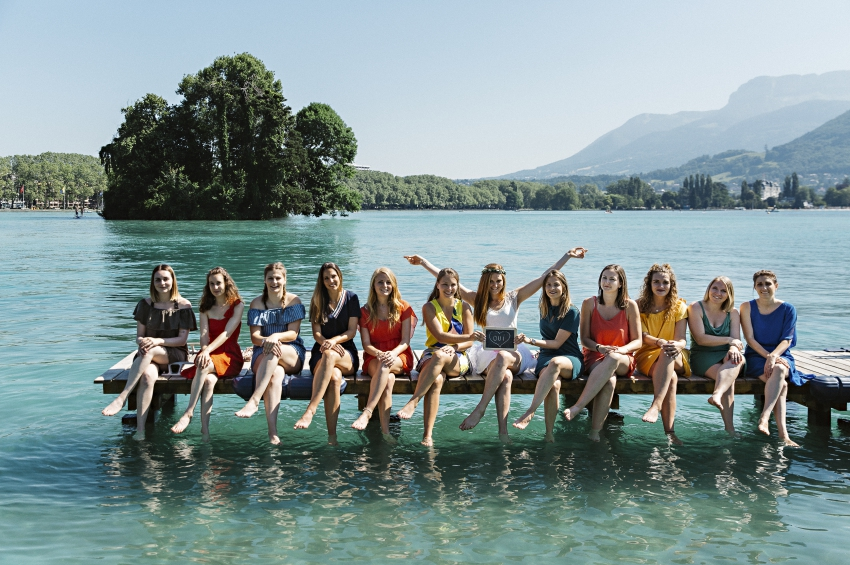 groupe de filles en shooting photo sur un ponton devant le lac dannecy